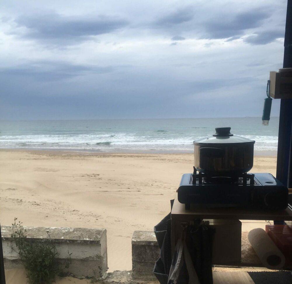 Mobiler Gaskocher mit Topf im Camper Van am Strand