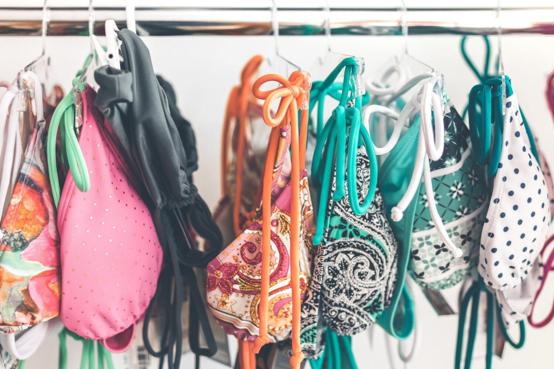 Hängende bunte BIkinis an einer Kleiderstange