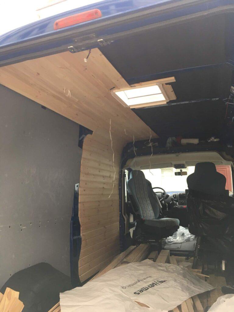 Camper Ausbau mit Holzverkleidung an Decke und Seitenwand
