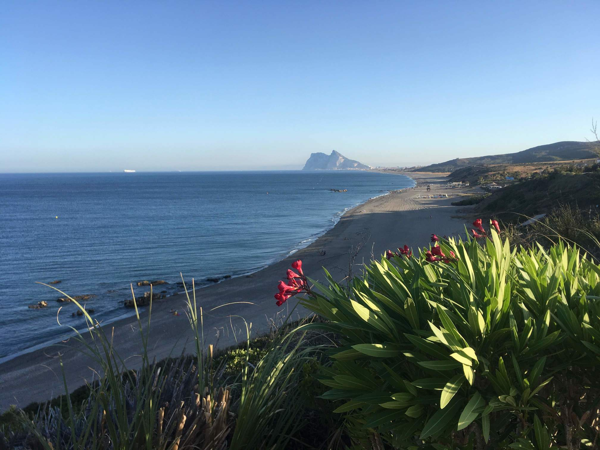 Blick vom Stellplatz am spanischen Mittelmeer für Camper Vans mit Blick auf den Felsen von Gibraltar