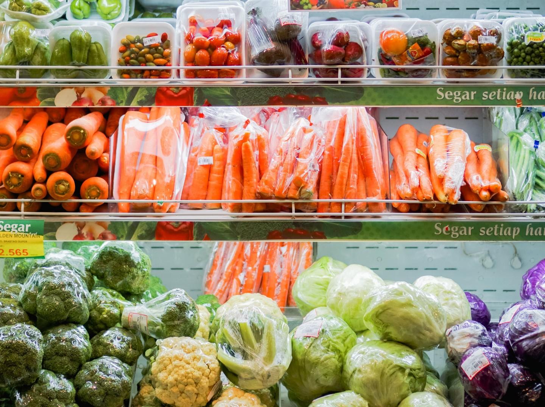 Buntes Gemüsesortiment in einem Kühlschrank Supermarkt