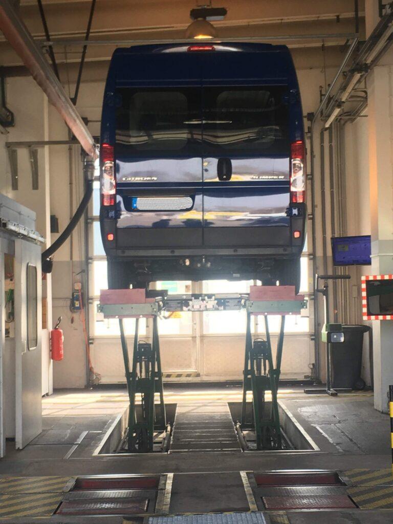 Ausgebauter Camper Van bei der Prüfung und Zulassung zum Wohnmobil
