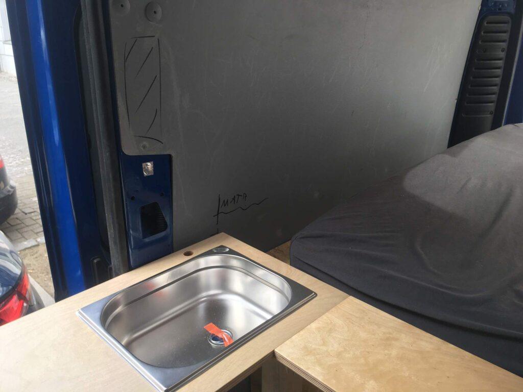 Camperküche mit Edelstahlbecken für fließendes Wasser im selbst ausgebauten Camper