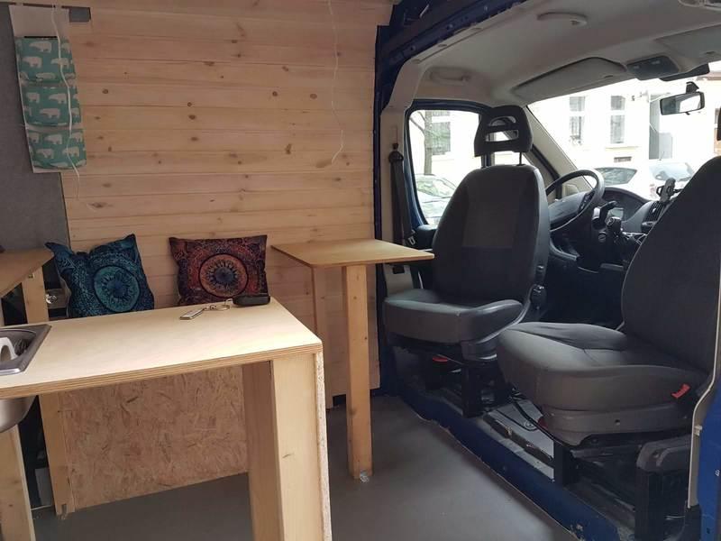 Camper Ausbau für die Zulassung zum Wohnmobil mit Sitzgelegenheit und Tisch