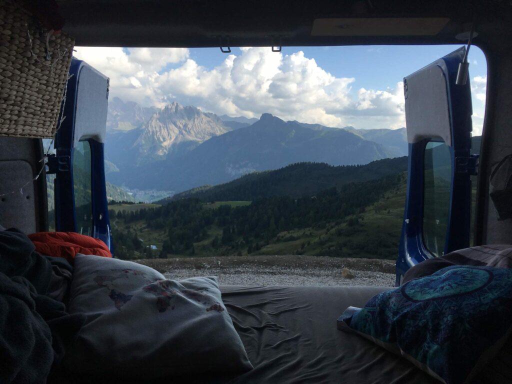 Ausblick vom Bett im Camper durch geöffnete Hecktüren