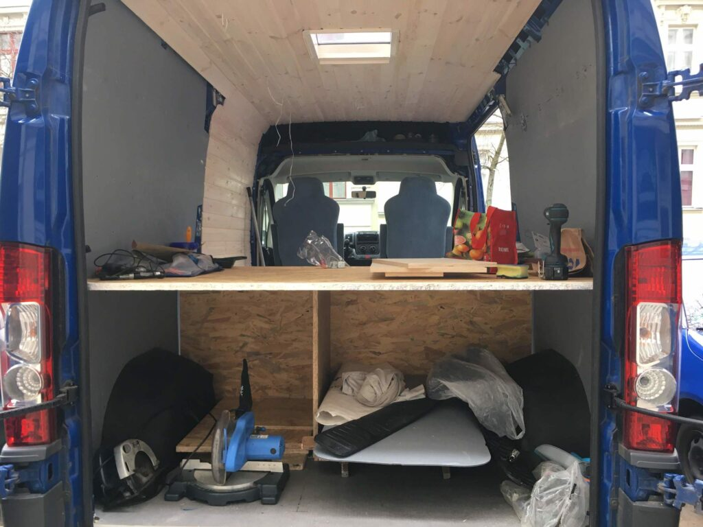 Das Bett im Camper Van aus OSB-Platten