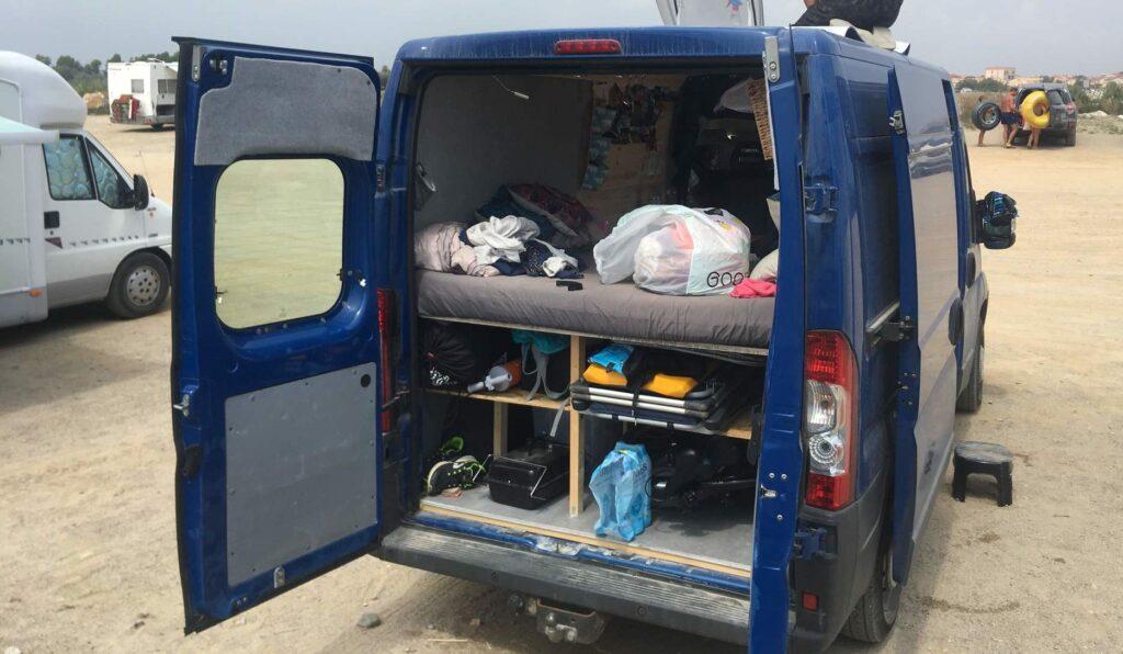 Bett und Stauraum im Kastenwagen beim Camper Ausbau